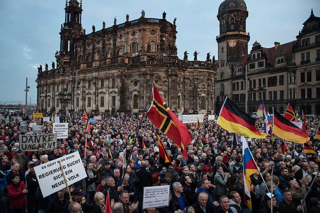 """På torget i Dresden ljuder ropen: """"Avvisa dem!"""""""