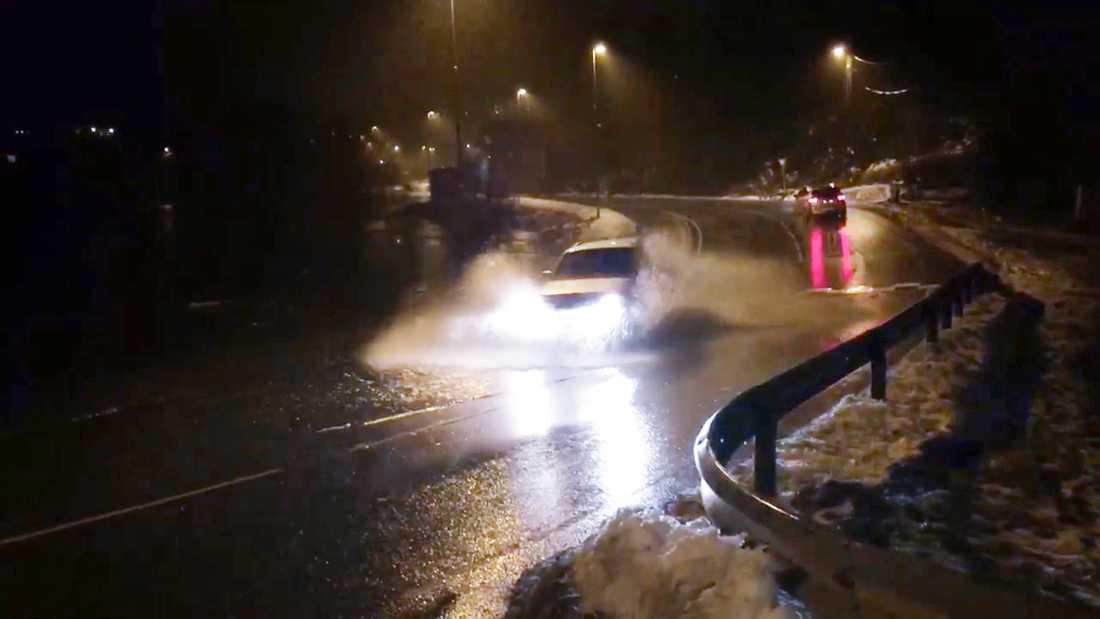 Det var besvärligt att ta sig fram i området kring Bergen i Norge. Flera vägar stängdes under ovädret.