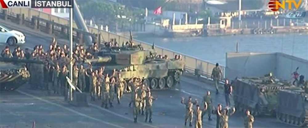 Skärmdump från turkiska tv-kanalen NTV som visar när flera av kuppmakarna ger upp.