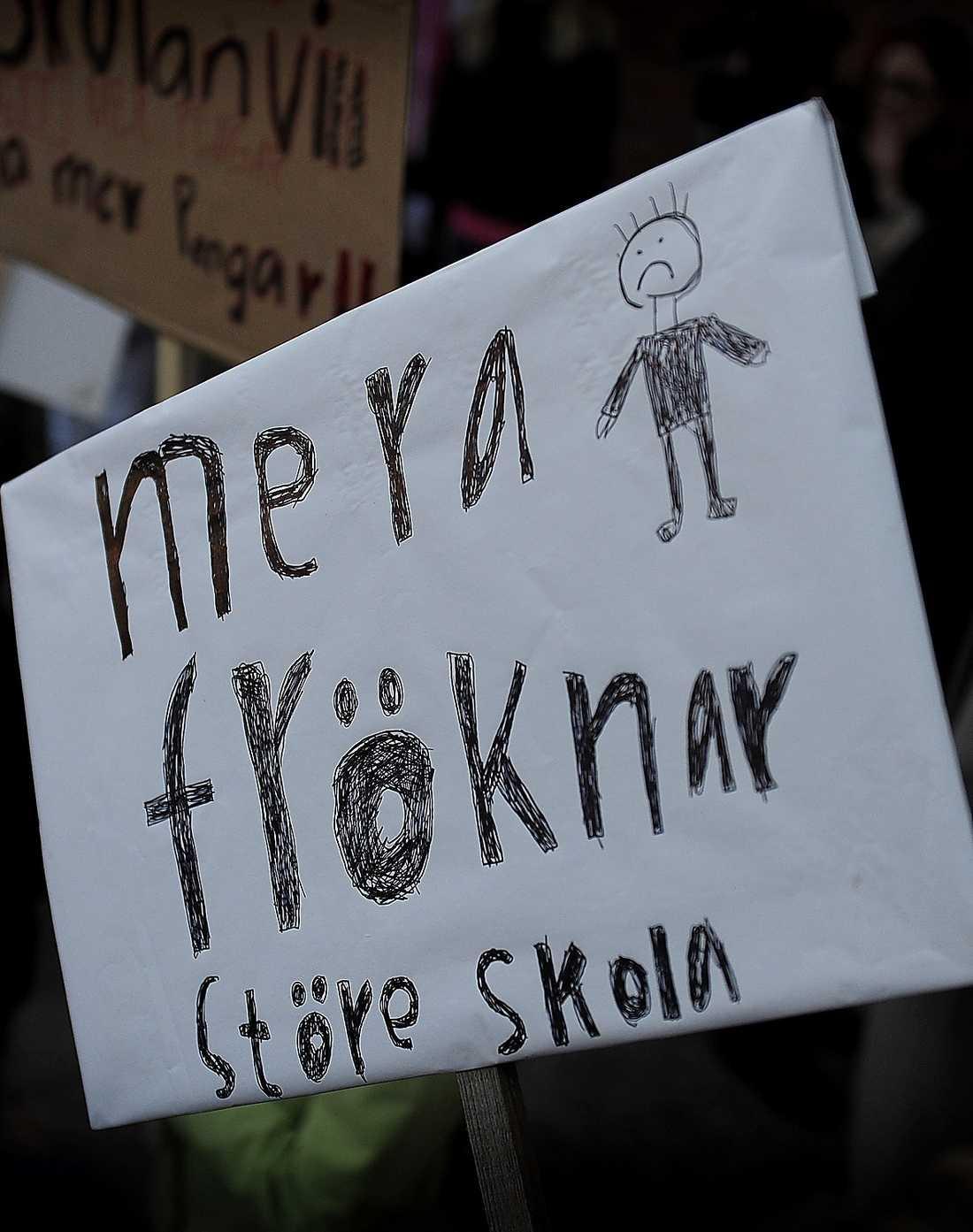 Upproren sprider sig över landet. Lärare, föräldrar och elever protesterar mot nedskärningar i skolorna.
