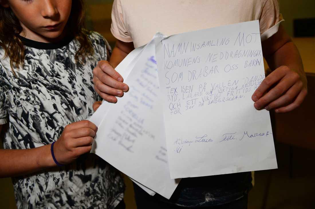 """""""NAMNINSAMLING MOT KOMMUNENS NEDDRAGNINGAR SOM DRABBAR OSS BARN"""" står det i versaler på bröderna Matteo och Luca Filis upprop."""