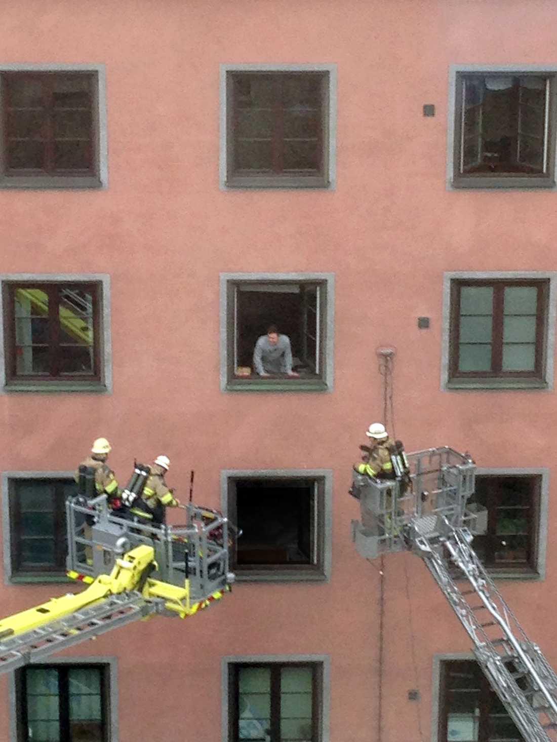 Robert, 22, fick hjälp av räddningstjänsten för att komma ut ur sin lägenhet.