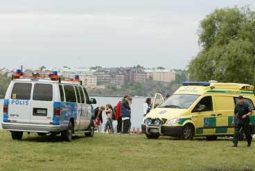 badade med kompisar Två dykare från Stockholms räddningstjänst hittade till slut mannen.