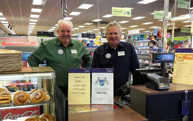 Sören Jansson (till vänster) fixade V75-systemet som gav storvinsten. Butikschefen på Coop Konsum i Tierp, Lennart Melkersson valde att just till den här lördagen att inte köpa en andel.