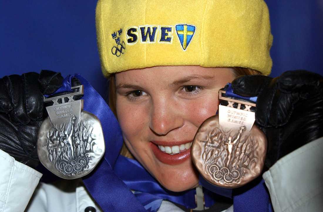 2002 Hon bärgar både silver (i storslalom) och brons (i slalom) i OS i Salt Lake City 2002.