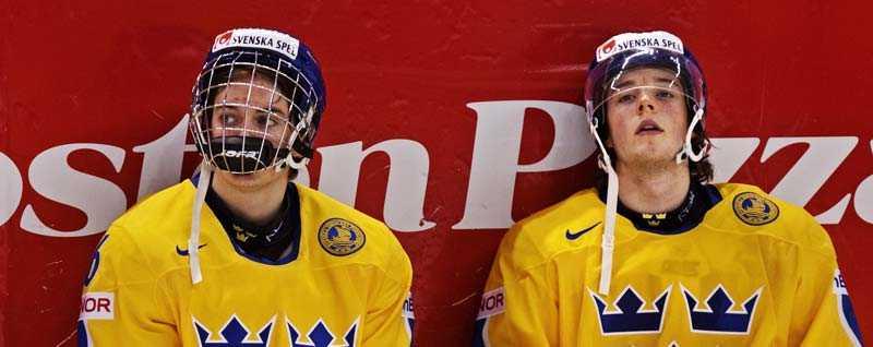 SPOLAS Tim Erixon och David Runblad (t h) får inte följe med ned till Stockholm i kväll. Skellefteå väljer att spela ödesmatchen med sex backar.