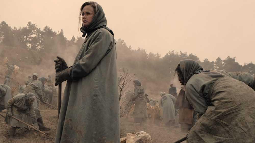 "Emily (Alexis Bledel) i kolonierna i ""The handmaid's tale""."