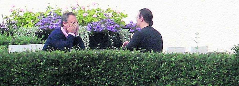 förhandlar för fp Om tio dagar ska alliansen presentera ett gemensamt valmanifest – men flera svåra frågor orsakar splittring. I går kallades de borgerliga partiledarna till Harpsund för hemliga överläggningar. En efter en fick de följa med Anders Borg ut i trädgården för att försöka få gehör för sina krav. Jan Björklund (FP) vill till exempel ha ett kontroversiellt burkaförbud i skolan.