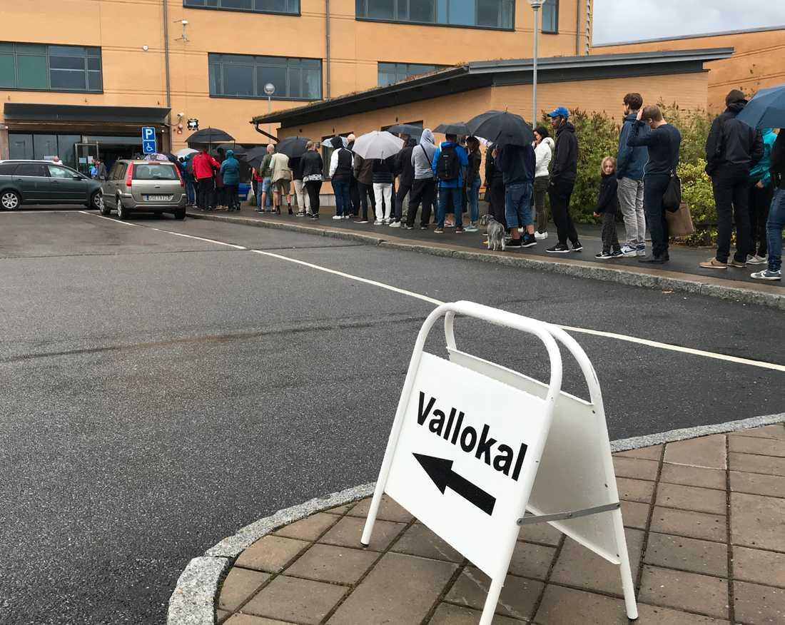 Långa köer vid Taubeskolan på Hisingen i Göteborg.