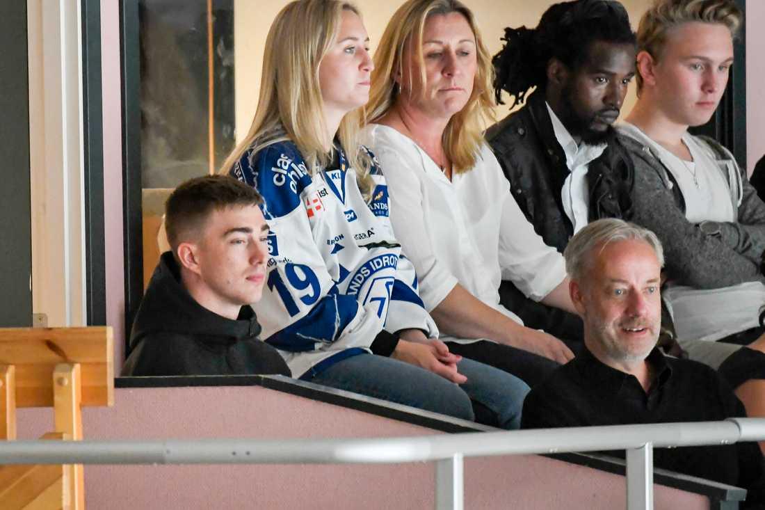 Tobias Forsberg med familj under välgörenhetsishockeymatchen för Tobias Forsbergs fond mellan Mora IK och Leksands IF på Jalas Arena i Mora.