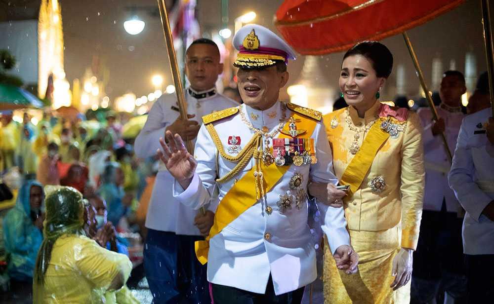 Kung Maha Vajiralongkorn och hans hustru drottning Suthida i Bangkok i oktober 2020 när de gjorde ett blixtbesök i landet.