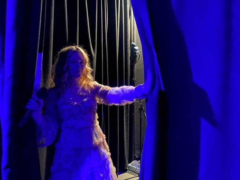 """Maya """"Rallie"""" Nalani på väg in i den """"svarta lådan"""" bakom scenen inför en repetition. Hon körar i Bulgariens bidrag, en låt som hon varit med och skrivit."""