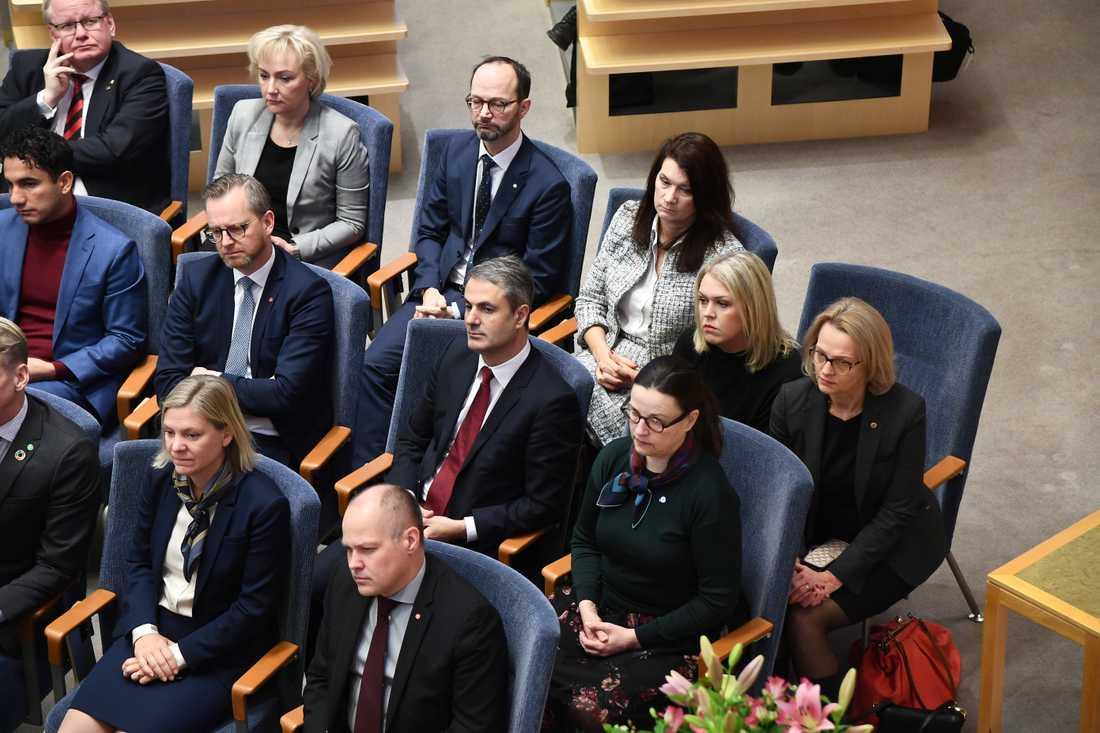 Lena Hallengren och  Heléne Fritzon delar stol i riksdagen när det ska röstas om Stefan Löfven som statsminister.