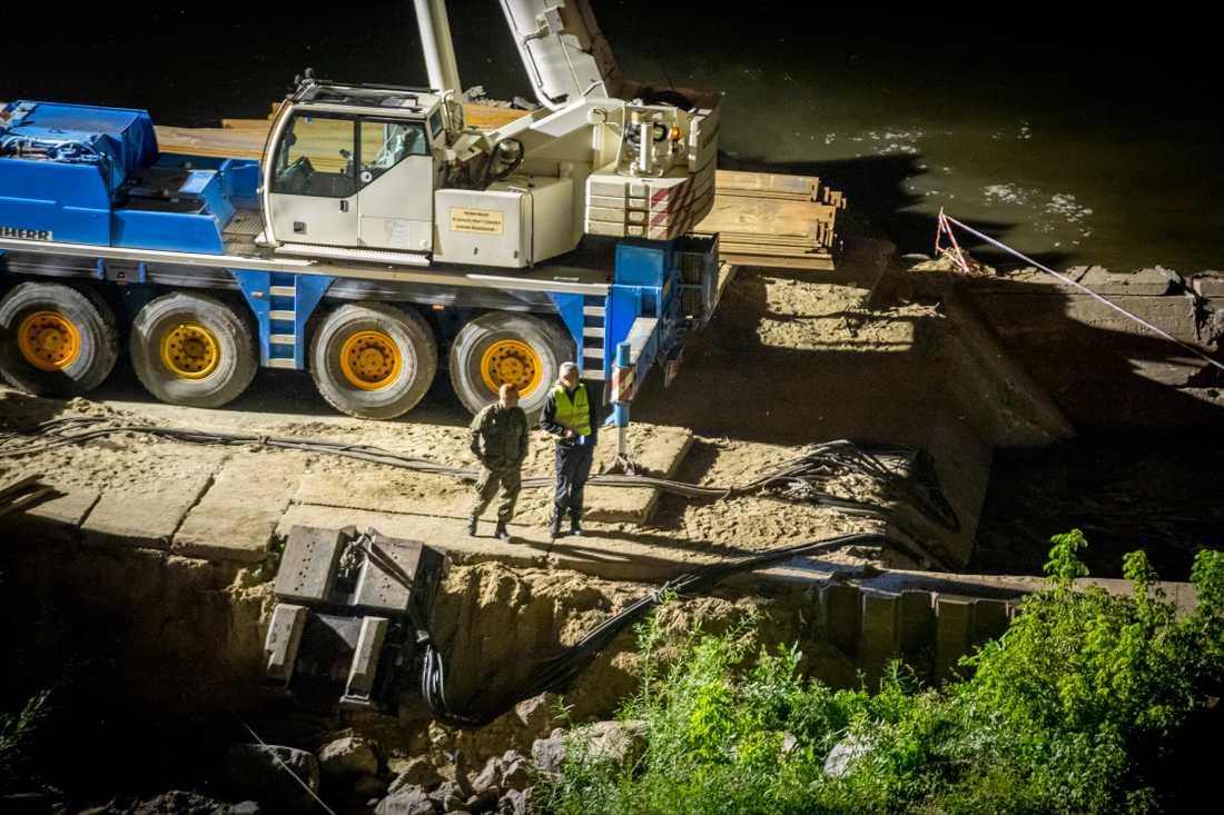 Flera arbetare var på plats även efter mörkrets inbrott för att stoppa avloppsvattnet.