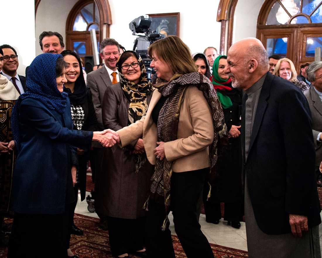 Sveriges biståndsminister Isabella Lövin träffar president Ghanis hustru Rula i Kabul i november. Ashraf Ghani till höger. Idag besöker han Stockholm.