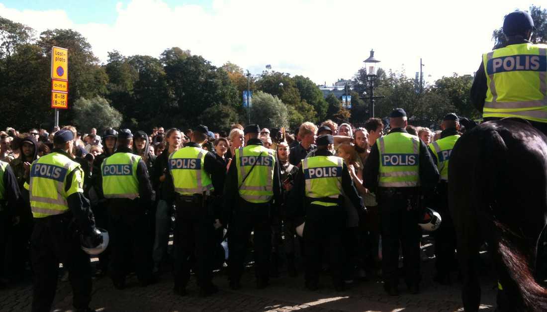 Stoppade möte Sverigedemokraternas torgmöte i Göteborg fick ställas in när 500 motdemonstranter kom till platsen. Polisen tvingades hjälpa flera Sverigedemokrater från platsen.