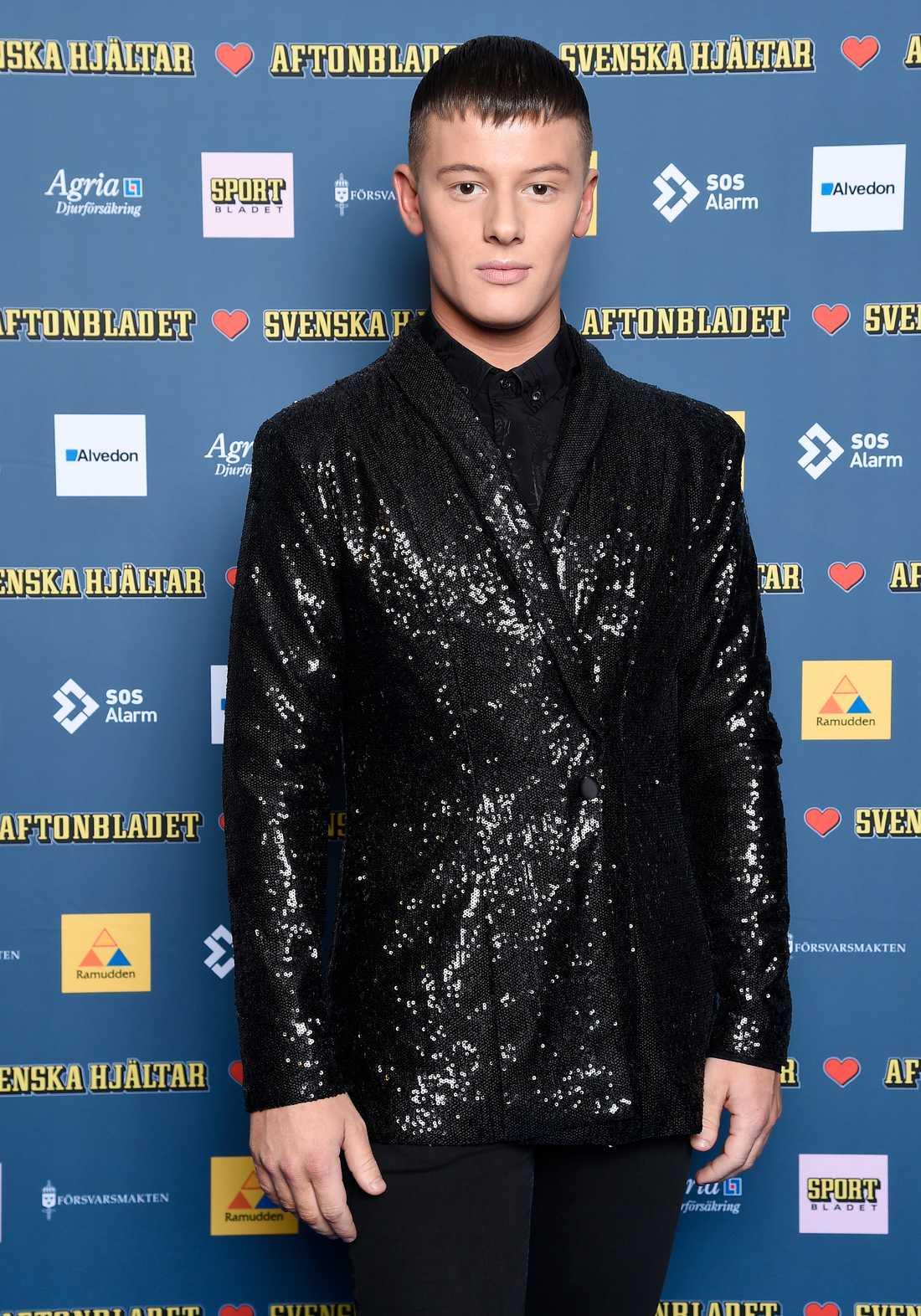Årets Idolvinnare, Sebastian Walldén, glänste i paljettkavaj.