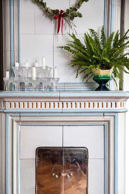 Kaminerna i vardagsrum och sovrum är husets ursprungliga värmekälla.