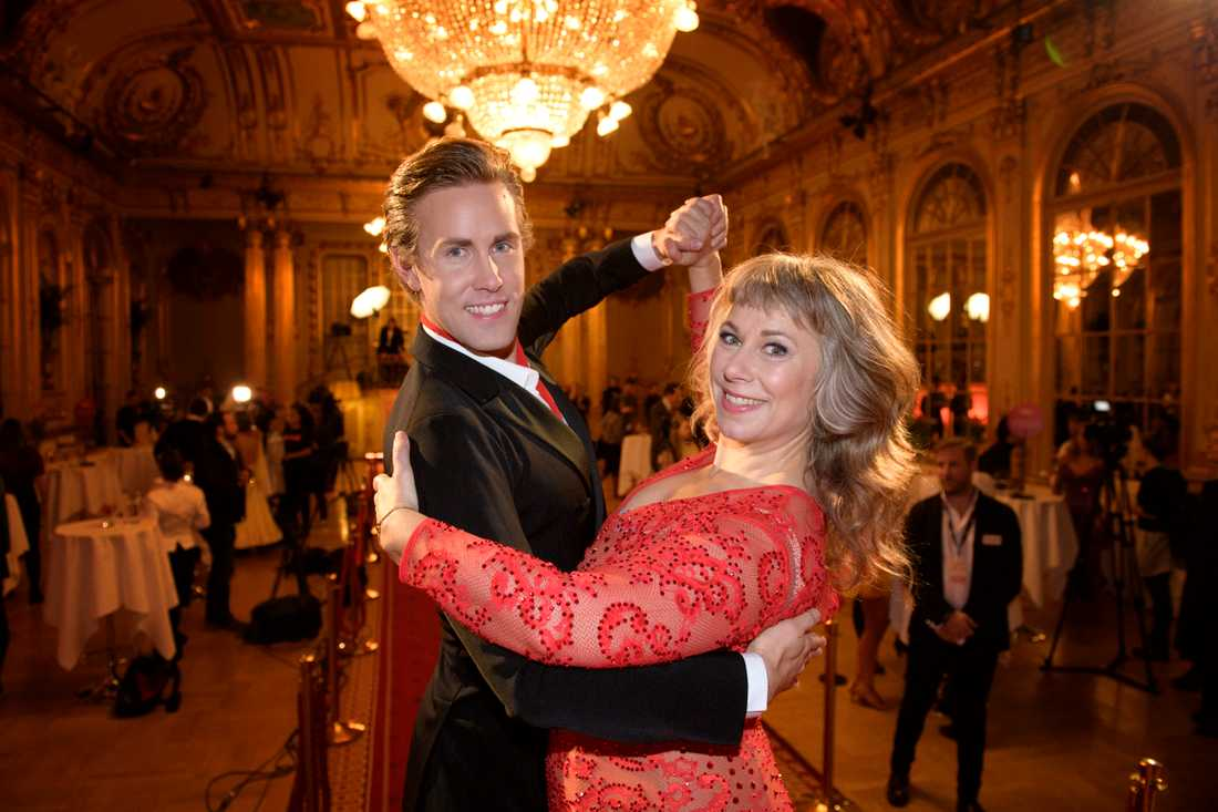 "Tobias Bader och Stina Wollter dansar ihop i ""Let's dance"" 2017."