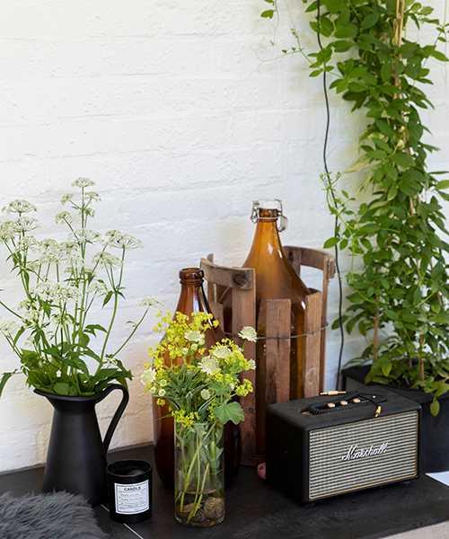 Med så mycket blommor i trädgården är det klart att några ska få komma in! I höga vasen kirskål, i den låga daggkåpa och stjärnflocka.