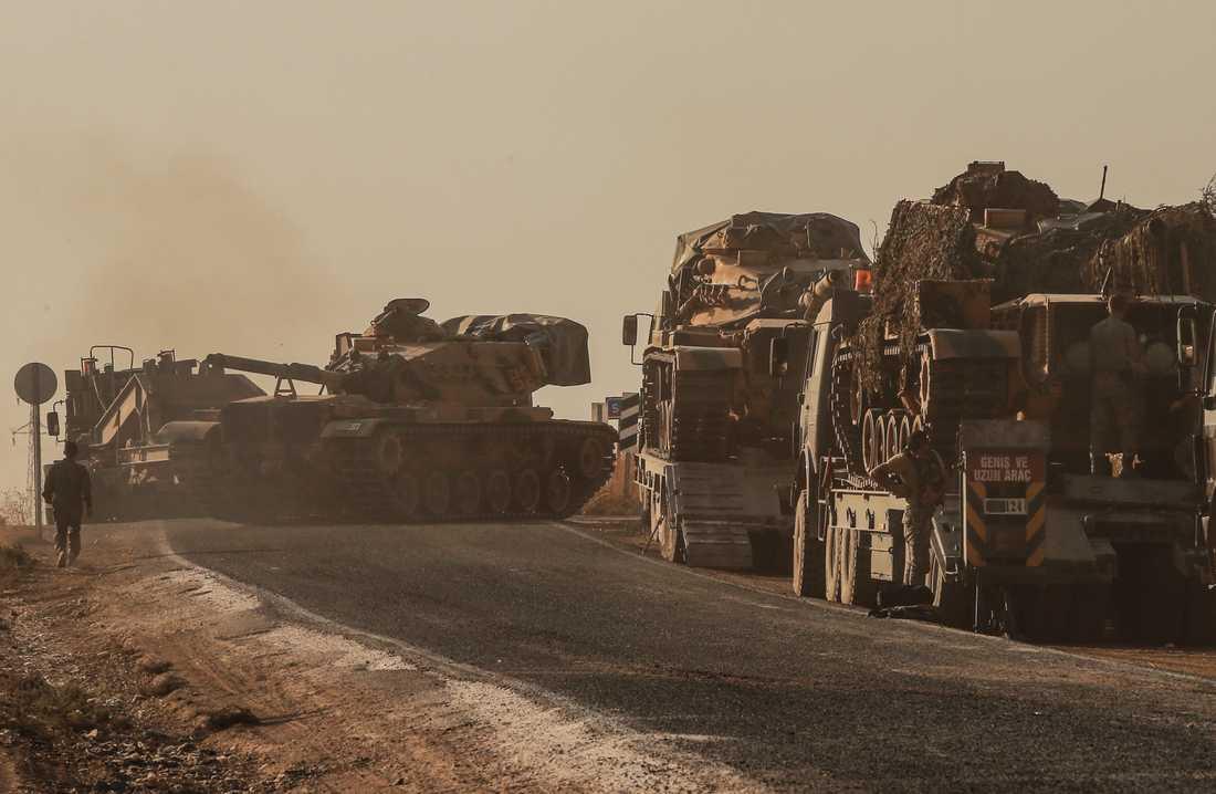 Turkiska pansarvagnar på väg mot den syriska gränsen.