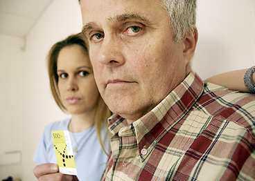 besvikna på telia Olof Nordlund och dottern Therese betackar sig för Telias kontantkort efter att Olofs nummer getts till en annan abonnent.