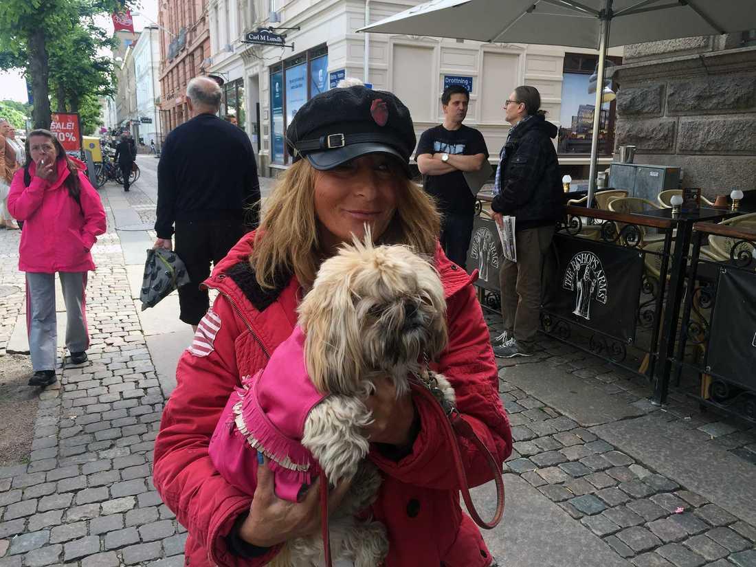 Katarina Waldt var en av de som upptäckte Bossen på söndagen och fixade en egen autograf till hunden Elsa
