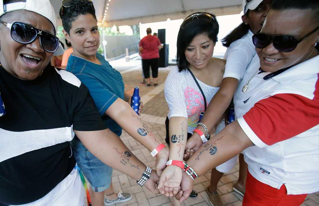 Orlando-bor tatuerade in hbtq-klubben Pulses logga i solidaritet med de överlevande.