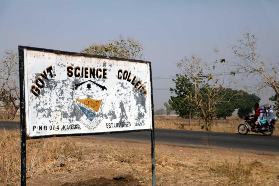 En skylt vid skolan i Kagara i Nigeria från vilken studenter fördes bort i mitten av februari. De rapporteras nu ha frigetts.