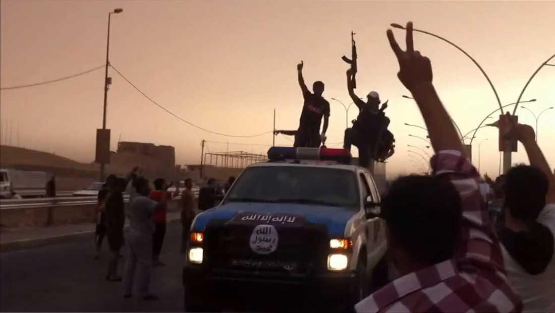 En skärmbild från en video där det påstås att Isis deltar i en militärparad i irakiska staden Mosul.