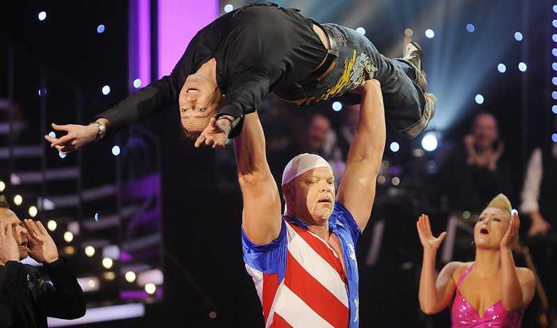 Tony Irving salig när han hissas upp i luften av Magnus Samuelsson.