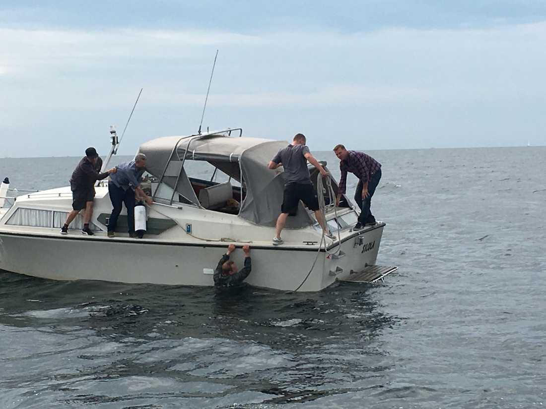 Peter Madsen plockas upp ut vattnet efter att ha sänkt sin ubåt.
