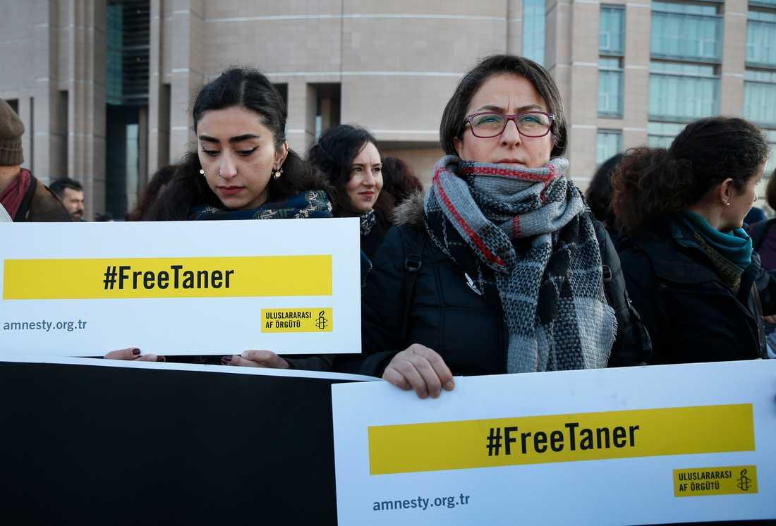 Människorättsaktivister demonstrerar utanför domstolen i Istanbul. Bilden är från i onsdags.