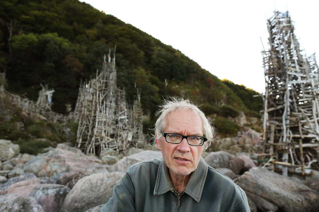 Konstnären Lars Vilks vid sitt verk Nimis.