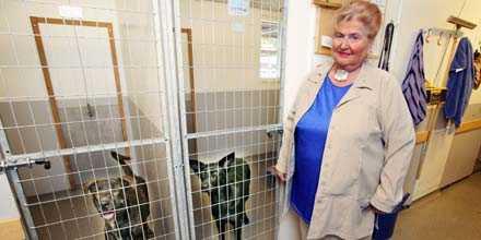 """vov, vilken vän Marina Reuterswärd jobbar ideellt på Hundstallet i Stockholm. """"Hit kommer vanskötta och plågade hundar som haft olämpliga ägare"""", berättar hon."""