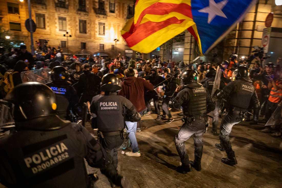 Poliser drabbar samman med demonstranter i Barcelona på lördagen.