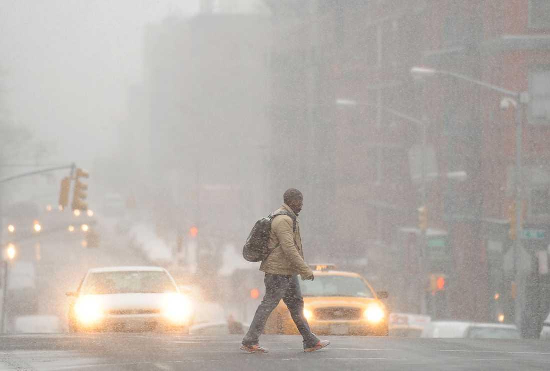 New York En man på promenad i mellandagsyran på Manhattan där snötäcket i går kväll beräknas ha blivit närmare 35 centimeter tjockt..
