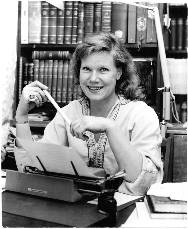 1961 Birgitta Stenberg vid sin skrivmaskin.