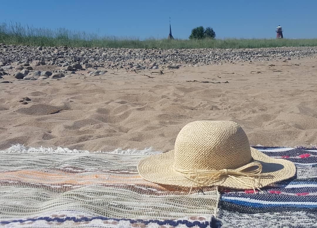 På sommaren kan besökarna hänga på stranden.