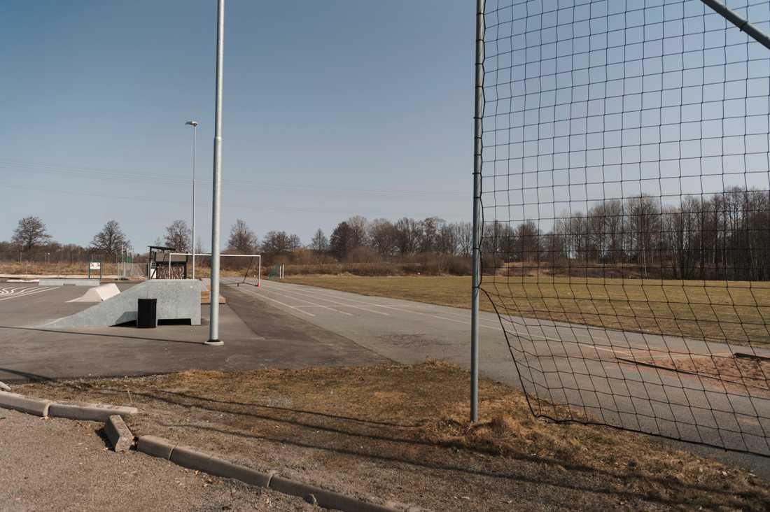 En 17-årig flicka stämmer träff med två jämnåriga killar vid en skola i Eksjö i juni förra året. Våldtäktsmännen är typiska i vår granskning: de känner sitt offer, är berusade av alkohol och/eller cannabis och påstår att samlagen var frivilliga.
