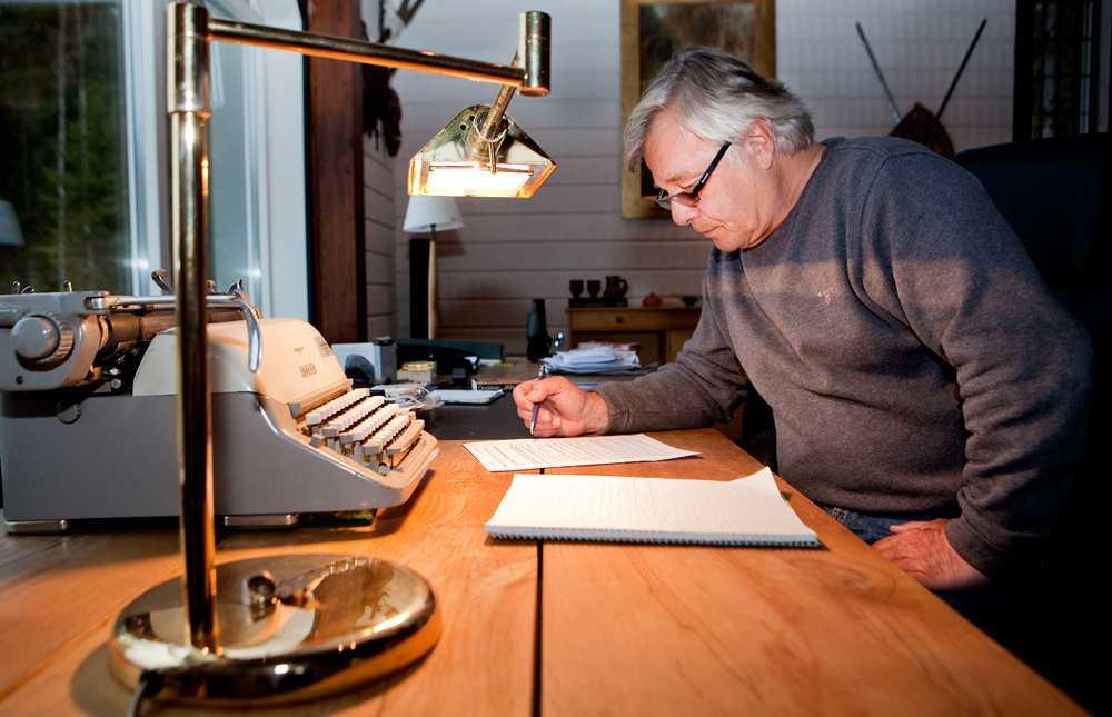 Här, vid sitt prydliga skrivbord, har Jan Guillou skrivit många av sina böcker.
