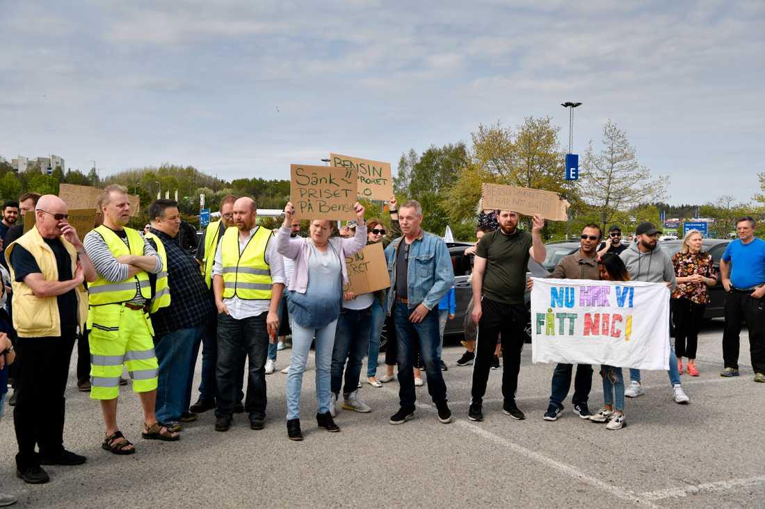 På en stor parkeringsplats i Barkarby, Järfälla, samlades runt 150 personer som är anslutna till bensinupproret 2.0.