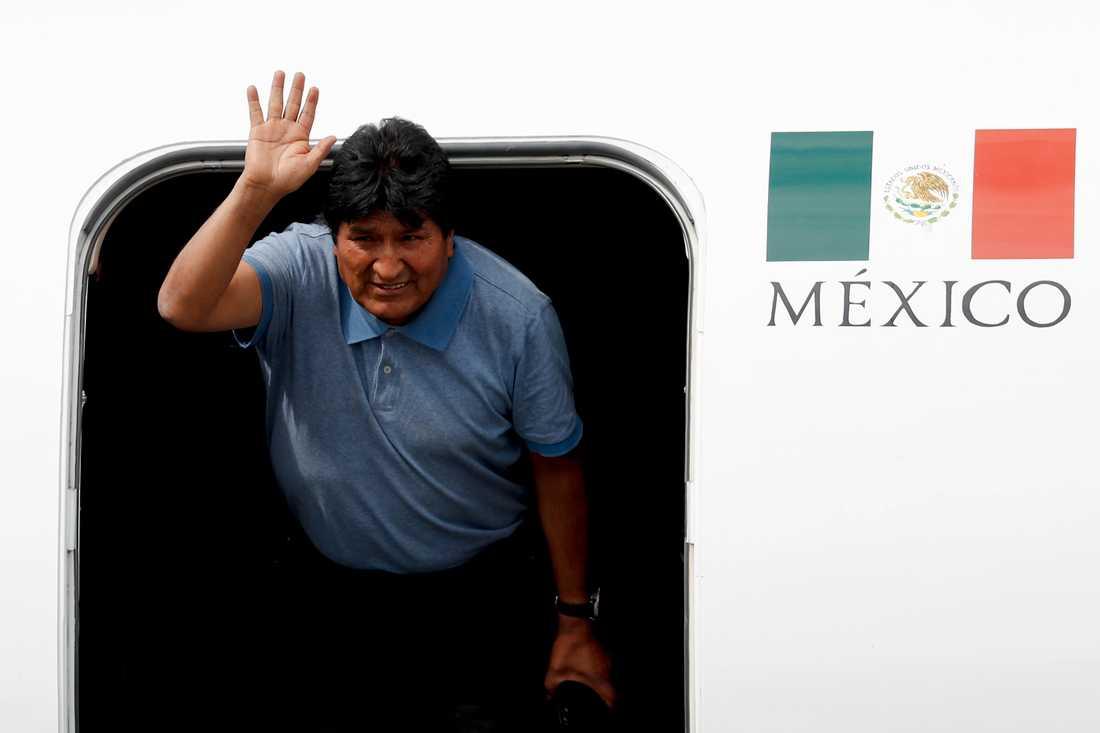 Evo Morales, fram till nyligen president i Bolivia, landar i Mexiko.