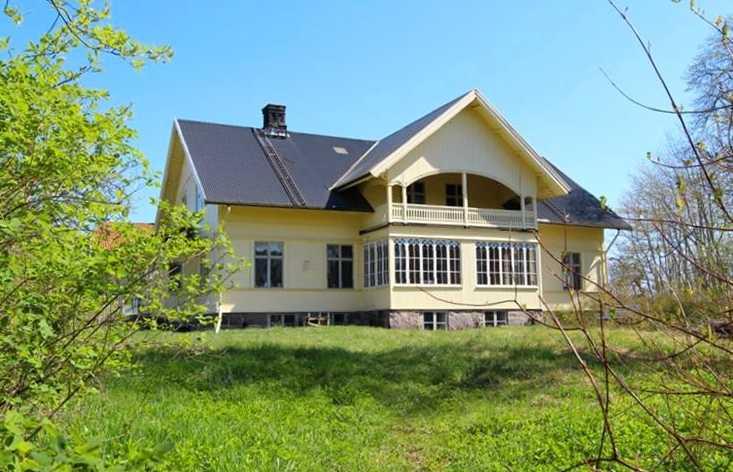 1800-talsvilla på 240 kvadratmeter på Virdavägen 8 i Liatorp i Småland. Utgångspris: 900 000 kronor. Säljs via Smålands Fastighetsbyrå AB.