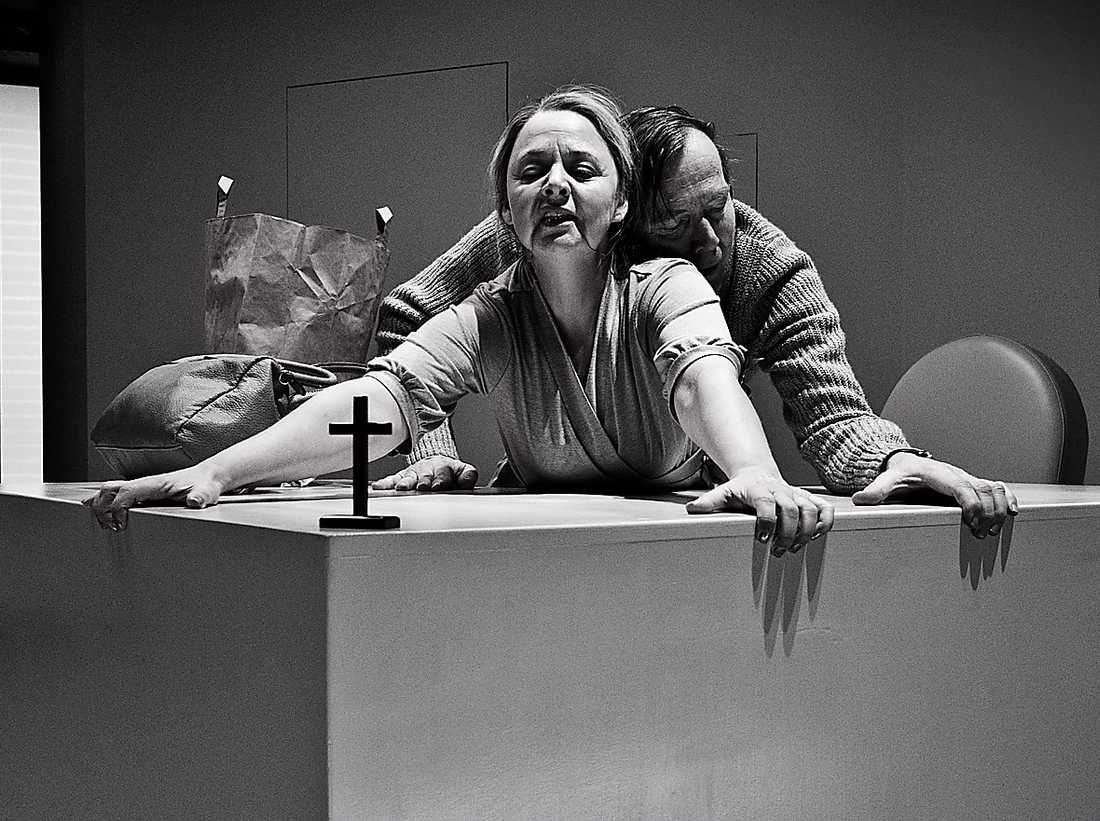 """Hulda Lind Jóhannsdóttir och Jan Waldekranz i """"Under belägring"""". Foto: Roger Stenberg"""