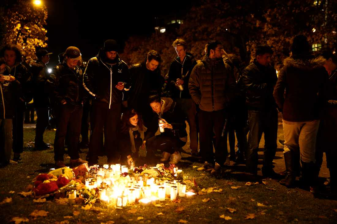 Utanför skolan Kronan samlades många för att hedra offren.