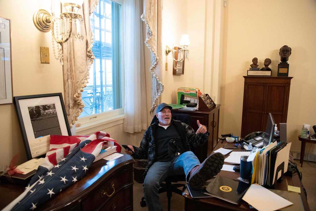 En Trump-supporter tog sig hela vägen in till demokraten Nancy Pelosis kontor. Pelosi är Representanthusets talman.