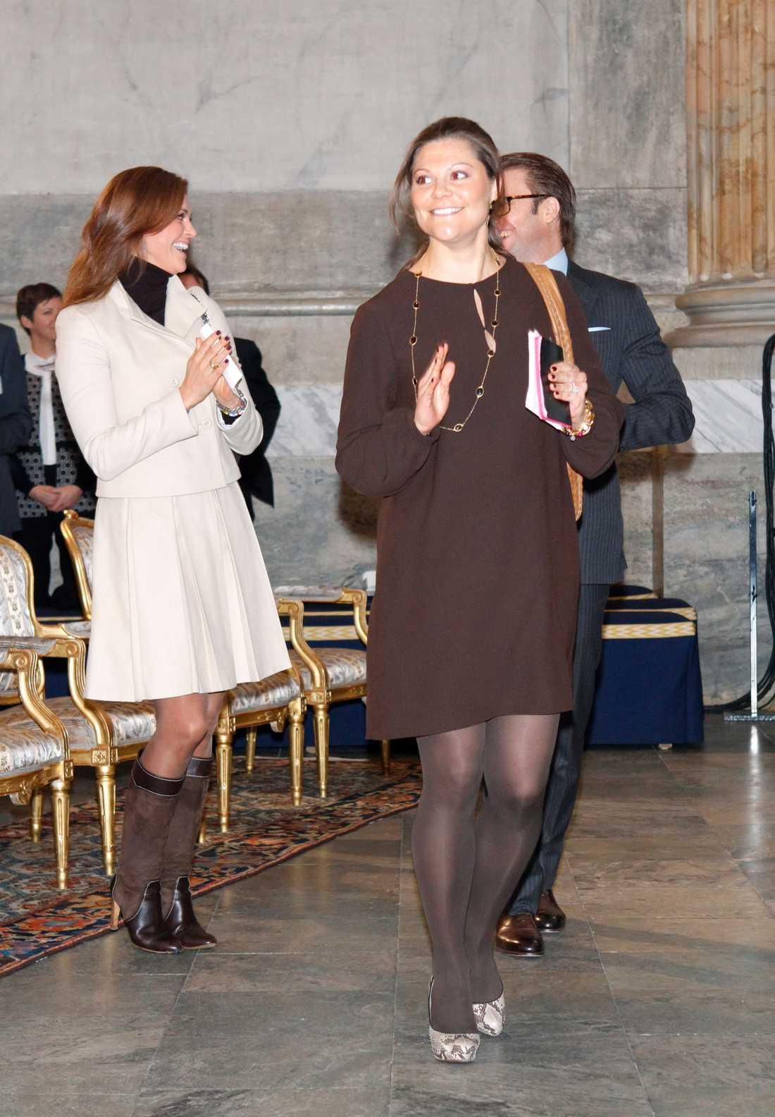 Kronprinsessan Victoria i ormskinnsskor och svart klänning vid World Child Youth Forum i Rikssalen i kungliga slottet i Stockholm
