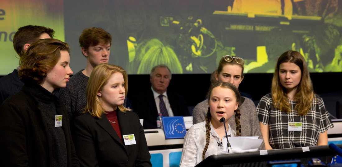 Greta Thunberg flankerades av de belgiska klimataktivisterna Anuna De Wever och Kyra Gantois när hon klimattalade inför EU-toppar på torsdagen.