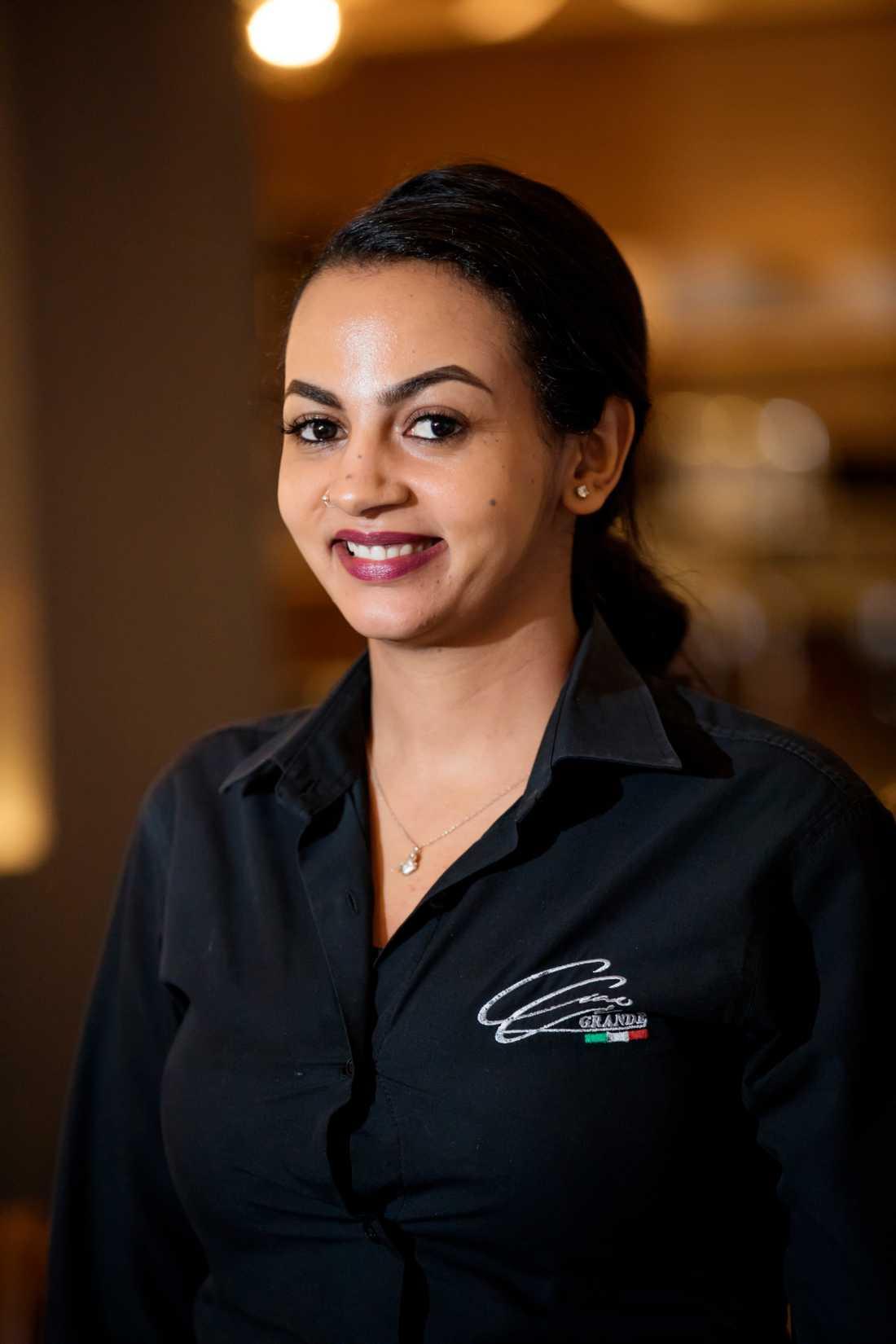 Jemila Hassen Hussen kom till Sverige för tre år sedan och jobbar i dag som servitris.